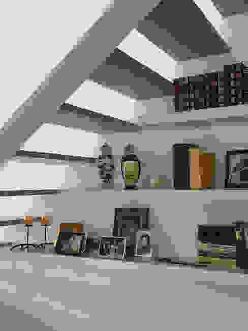 Pasillos, vestíbulos y escaleras de estilo rústico de QFProjectbuilding, Unipessoal Lda Rústico
