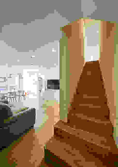 Modern Corridor, Hallway and Staircase by 건축공방 'ArchiWorkshop' Modern