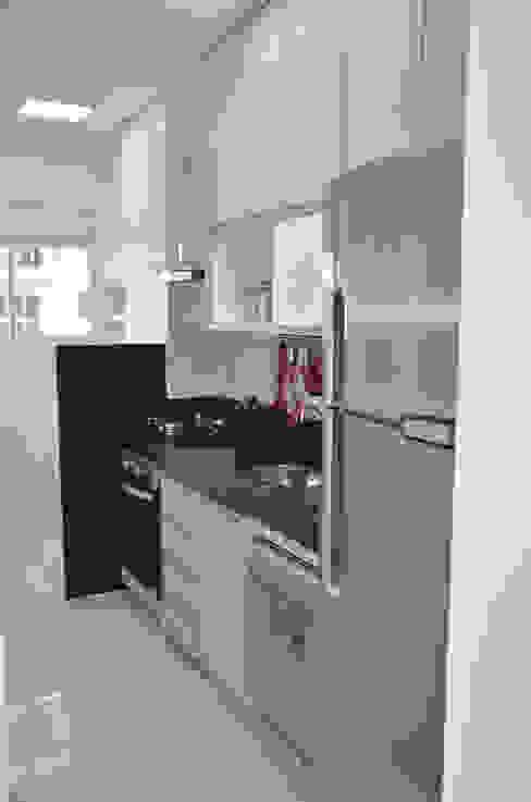 Kitchen by Paula Ferro Arquitetura