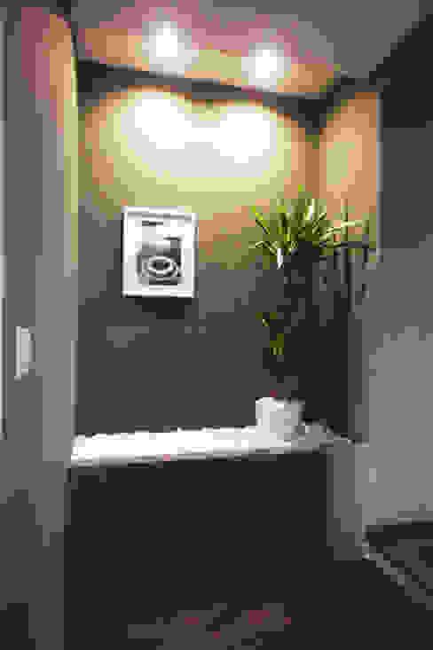Pasillos, vestíbulos y escaleras minimalistas de Andrea Orioli Minimalista
