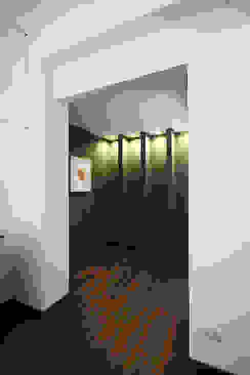Minimalistyczny korytarz, przedpokój i schody od Andrea Orioli Minimalistyczny