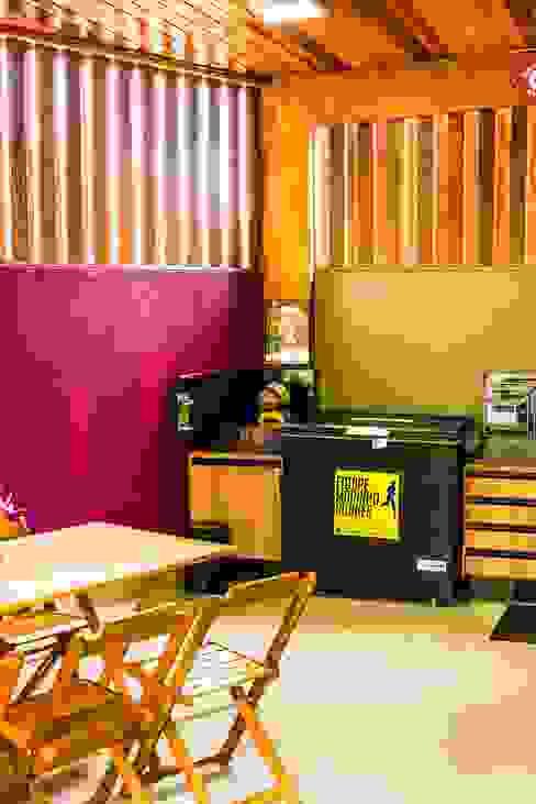Cocinas de estilo tropical de Bianca Ferreira Arquitetura e Interiores Tropical Madera maciza Multicolor