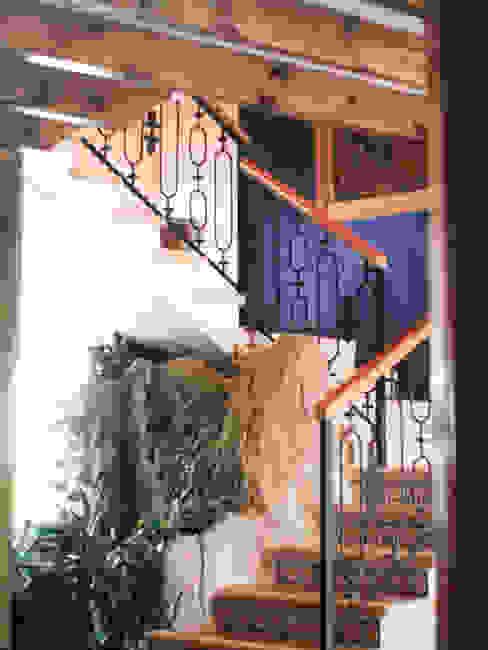 Escaleras Pasillos, vestíbulos y escaleras de estilo mediterráneo de Base-Arquitectura Mediterráneo