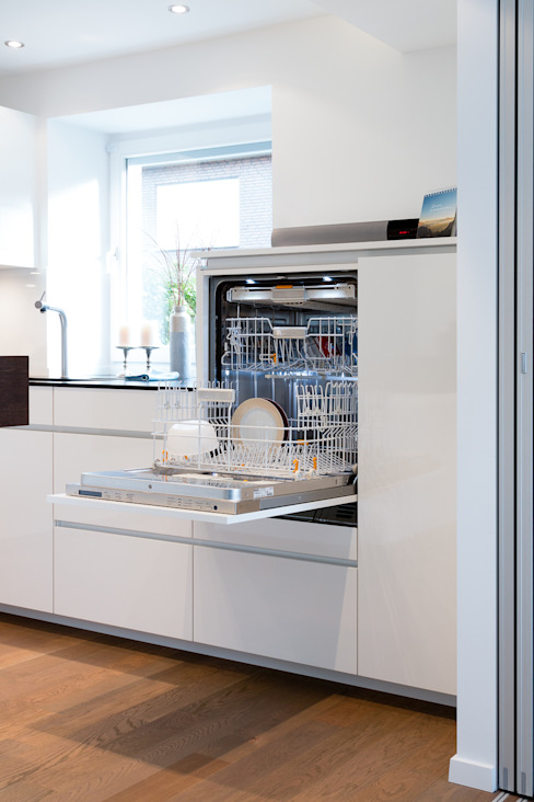 Custom high dishwasher Modern kitchen by Pamela Kilcoyne - Homify Modern