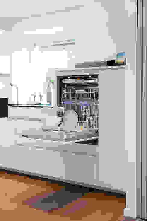 Custom high dishwasher Nowoczesna kuchnia od Pamela Kilcoyne - Homify Nowoczesny