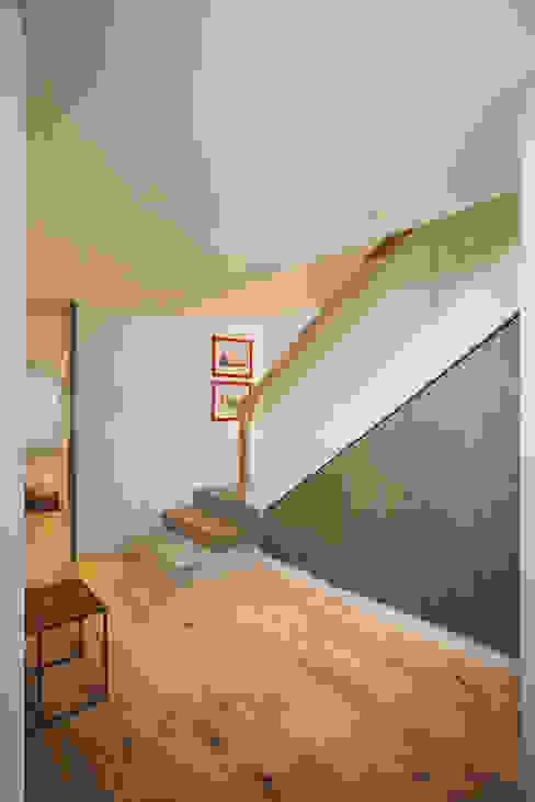Pasillos, vestíbulos y escaleras de estilo moderno de homify Moderno