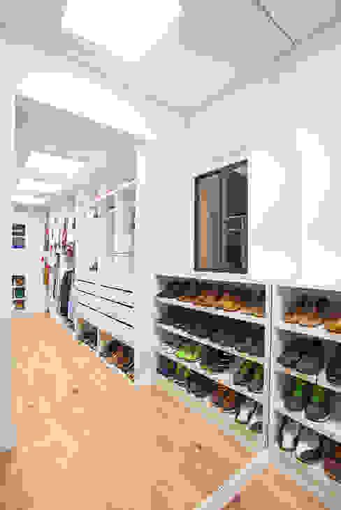 Dressing room by Bloque B Arquitectos