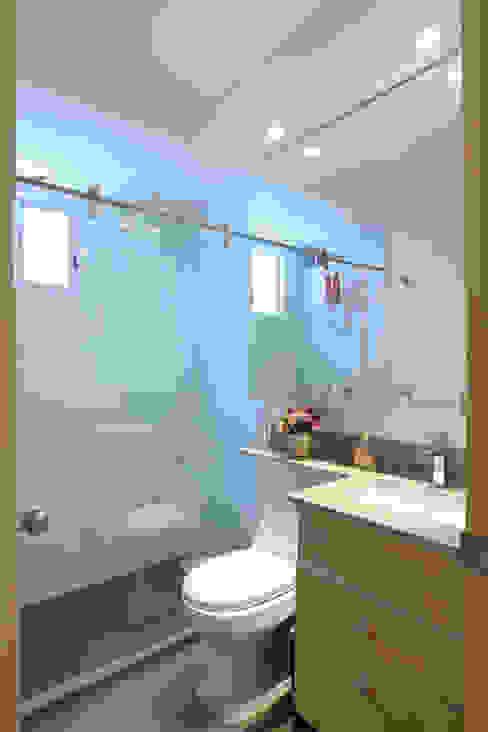 Salle de bains de style  par homify, Moderne