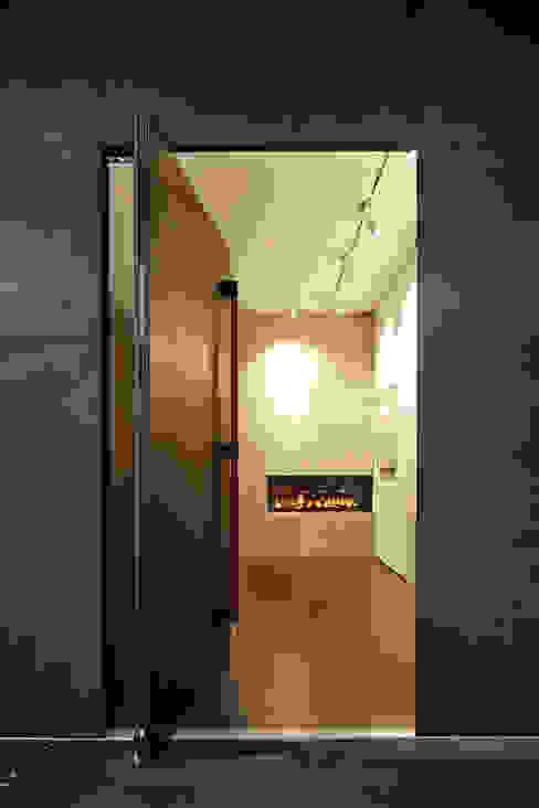 Moderne gangen, hallen & trappenhuizen van Lioba Schneider Modern IJzer / Staal