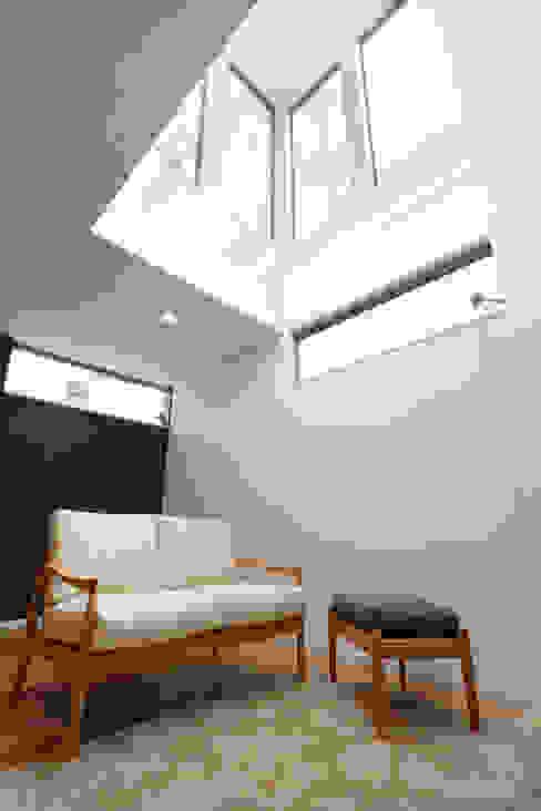 Salon moderne par ナイトウタカシ建築設計事務所 Moderne