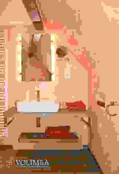 Kleines Bad als private Wellness Oase Volimea GmbH & Cie KG Mediterrane Badezimmer Kalkstein Orange