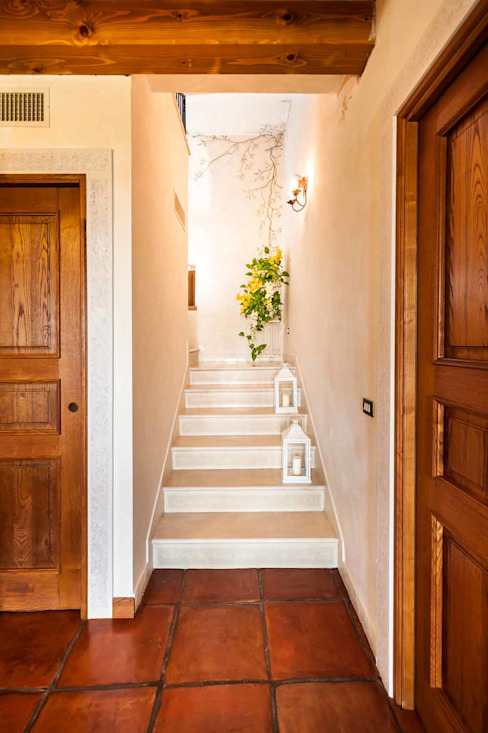 Classic style corridor, hallway and stairs by STUDIO CERON & CERON Classic