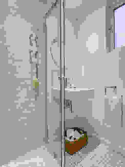 Bathroom من The White House Interiors حداثي