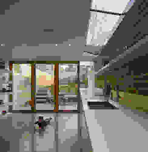 London Brownstones:  Kitchen by Knox Bhavan Architects ,