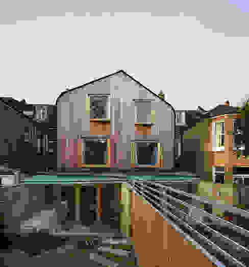 London Brownstones:  Garden by Knox Bhavan Architects ,