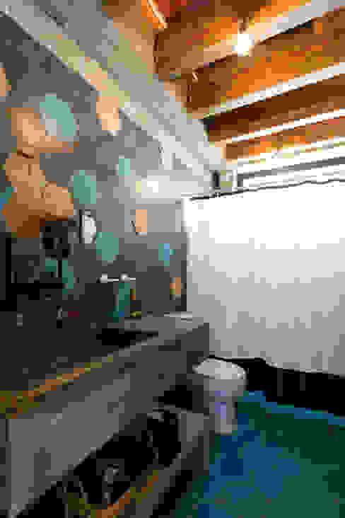 Tropical style bathrooms by MORADA CUATRO Tropical
