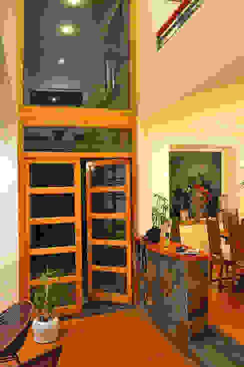 Casa Moderna 1 Pasillos, vestíbulos y escaleras modernos de Marcelo Roura Arquitectos Moderno Concreto
