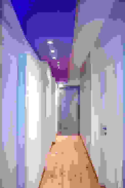 """"""" Starlight Stripe"""" Luca Bucciantini Architettura d' interni Ingresso, Corridoio & Scale in stile minimalista Viola/Ciclamino"""