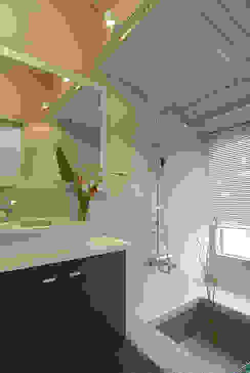 自然簡約北歐風:  浴室 by 名昶室內設計