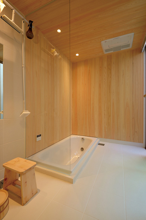 MAG + 宮徹也建築計画 Modern bathroom Wood Wood effect