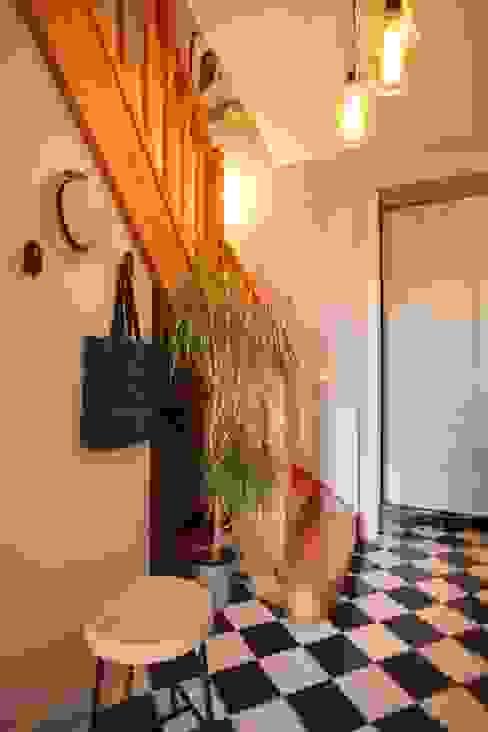 Pasillos, vestíbulos y escaleras de estilo escandinavo de SLAI Escandinavo Madera Acabado en madera