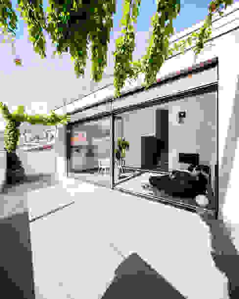 Casa RR Modern balcony, veranda & terrace by raro Modern