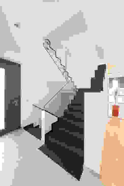 Treppe mit LED-Spots Moderner Flur, Diele & Treppenhaus von casaio   smart buildings Modern