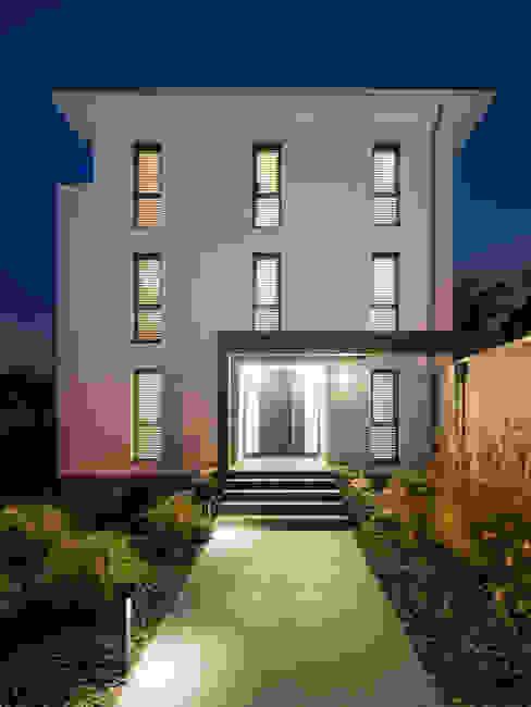 Außenansicht Straße Moderne Häuser von casaio   smart buildings Modern