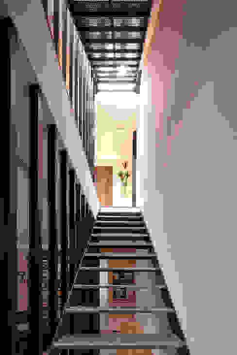 合觀設計 Pasillos, vestíbulos y escaleras modernos