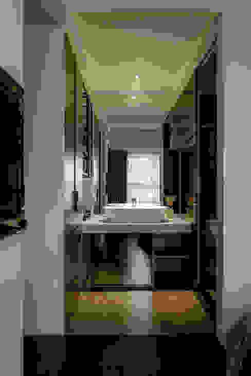 洗滌身心。療癒自然宅 現代浴室設計點子、靈感&圖片 根據 大荷室內裝修設計工程有限公司 現代風