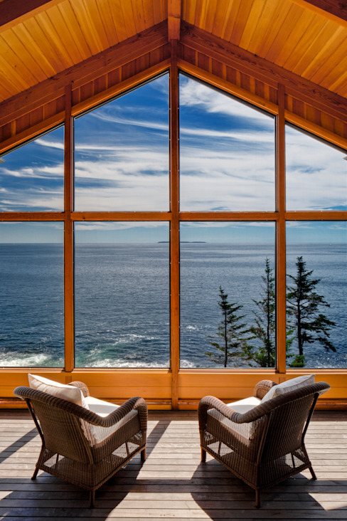 Bold Ocean Cottage - Screened Porch:  Patios & Decks by John Morris Architects