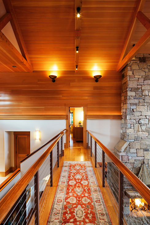 Bold Ocean Cottage - Hallway Balcony:  Corridor & hallway by John Morris Architects