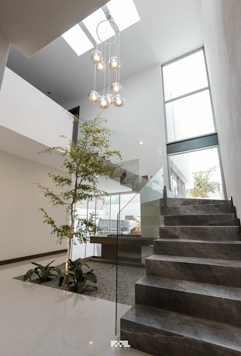 Modern corridor, hallway & stairs by 2M Arquitectura Modern سنگ مرمر
