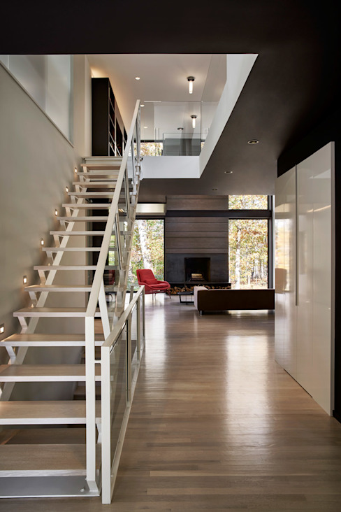 Smoky Quartz Modern Corridor, Hallway and Staircase by KUBE architecture Modern