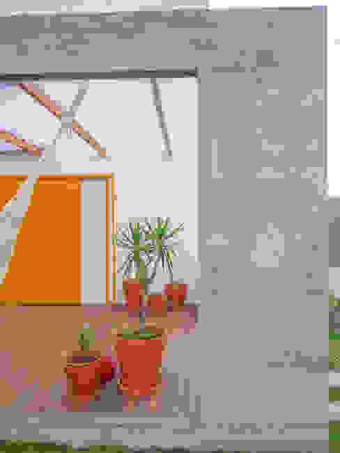 Detalhe da parede externa em concreto armado aparente por A+R arquitetura Minimalista