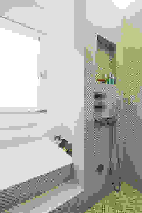 Minimalist style bathrooms by PLUS ULTRA studio Minimalist Tiles