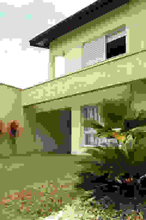 Detalhe viga da fachada Casas modernas por RAWI Arquitetura + Design Moderno