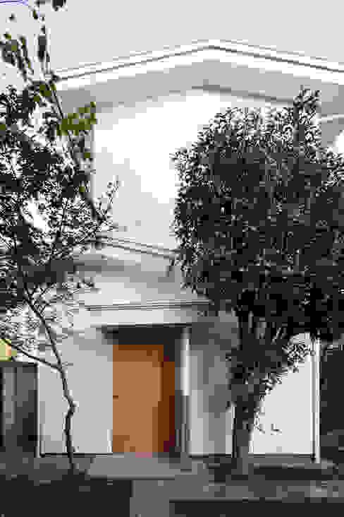 現代房屋設計點子、靈感 & 圖片 根據 ディンプル建築設計事務所 現代風
