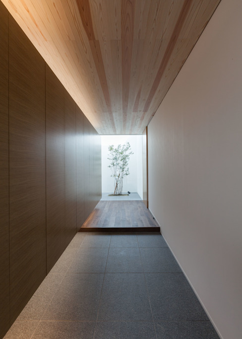 Minimalist corridor, hallway & stairs by Architet6建築事務所 Minimalist Stone