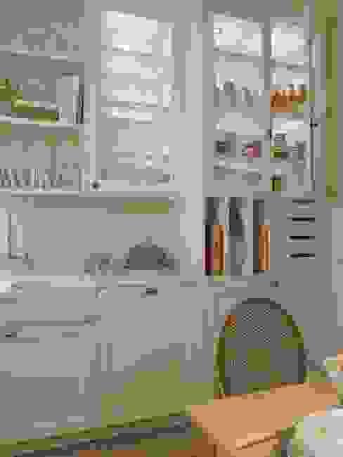 Vitrinas con iluminación interior, casillas para bandejas, cajones... Cocinas de estilo clásico de DEULONDER arquitectura domestica Clásico