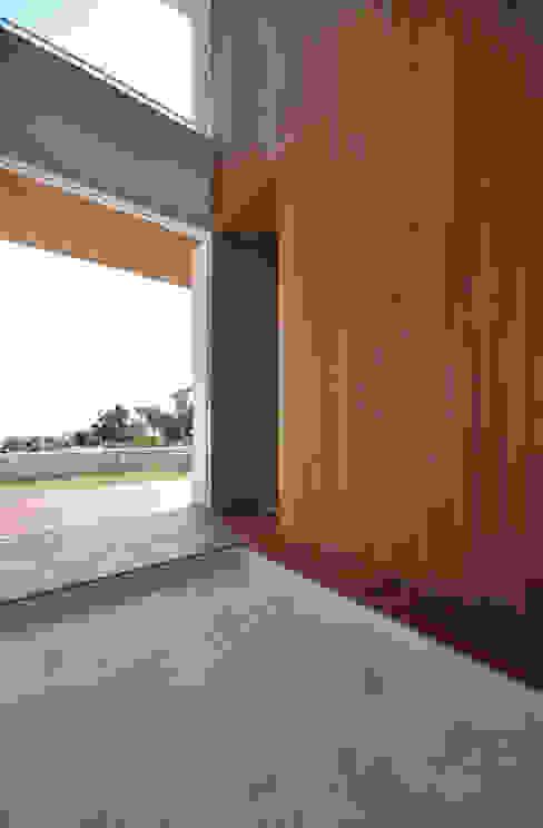 Pasillos y vestíbulos de estilo  por 門一級建築士事務所,