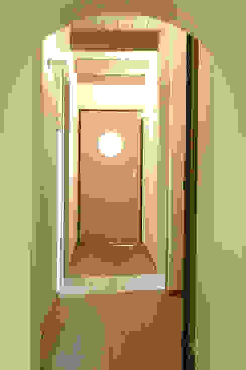 Pasillos, vestíbulos y escaleras de estilo clásico de Valentina Farassino Architetto Clásico Madera maciza Multicolor