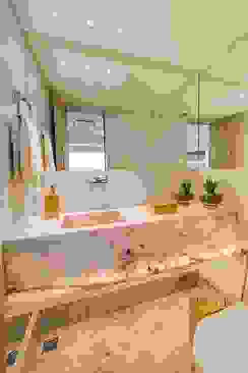 حمام تنفيذ Tânia Póvoa Arquitetura e Decoração, إنتقائي رخام