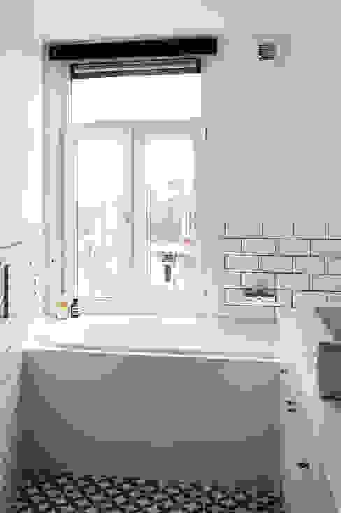 BAARSJES RENOVATION Moderne badkamers van Kevin Veenhuizen Architects Modern Tegels