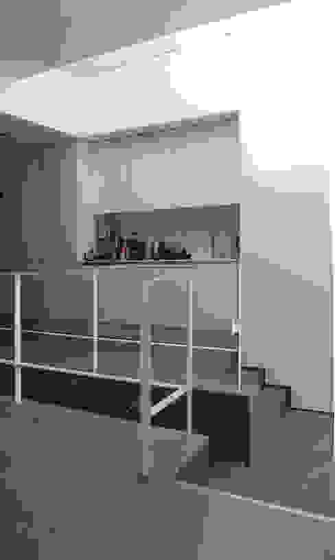 College Road, Manchester. Minimalist kitchen by Studio Maurice Shapero Minimalist
