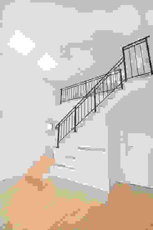Modern Corridor, Hallway and Staircase by (주)그린홈예진 Modern