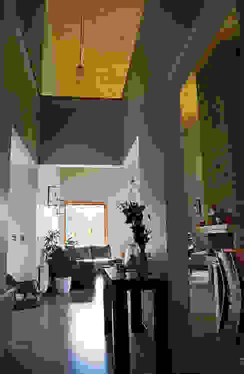 Hall acceso Pasillos, vestíbulos y escaleras modernos de homify Moderno