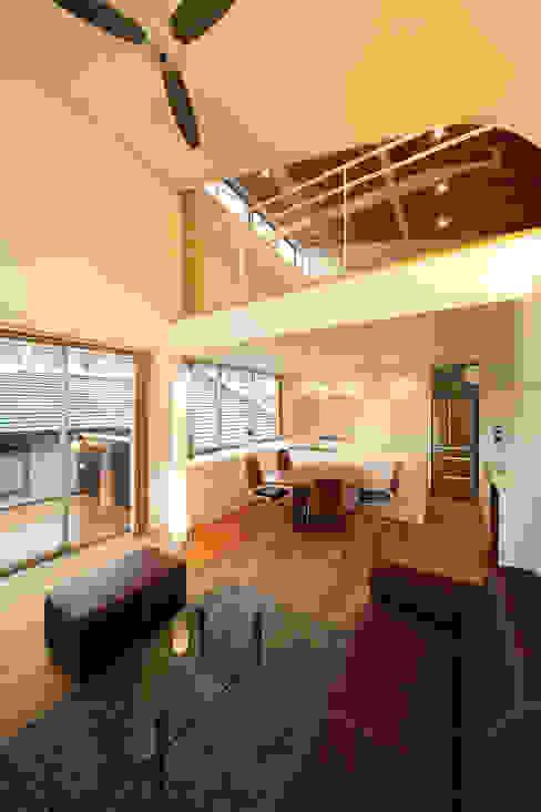 haus-kuro: 一級建築士事務所hausが手掛けたリビングです。