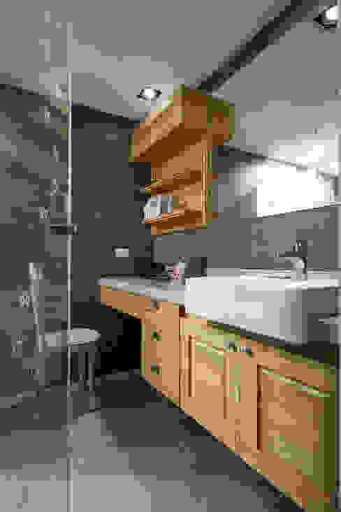 以玻璃門隔開衛浴區,創造視覺延伸感 根據 青瓷設計工程有限公司 鄉村風