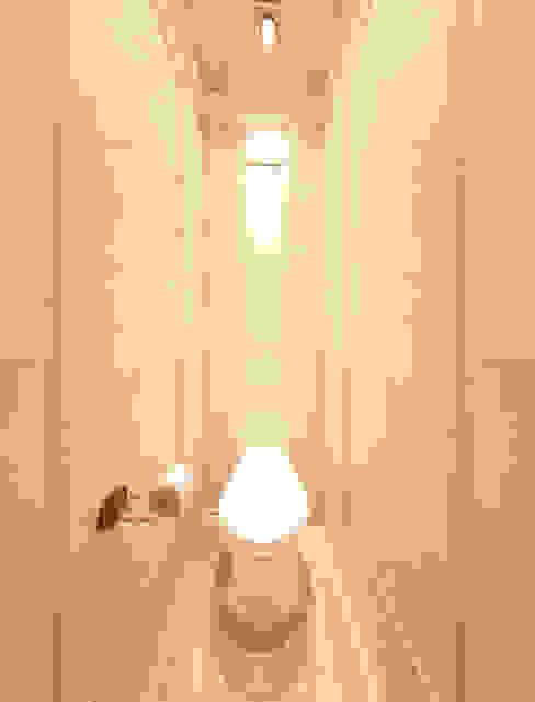 حمام تنفيذ Дизайн-бюро Анны Шаркуновой 'East-West',